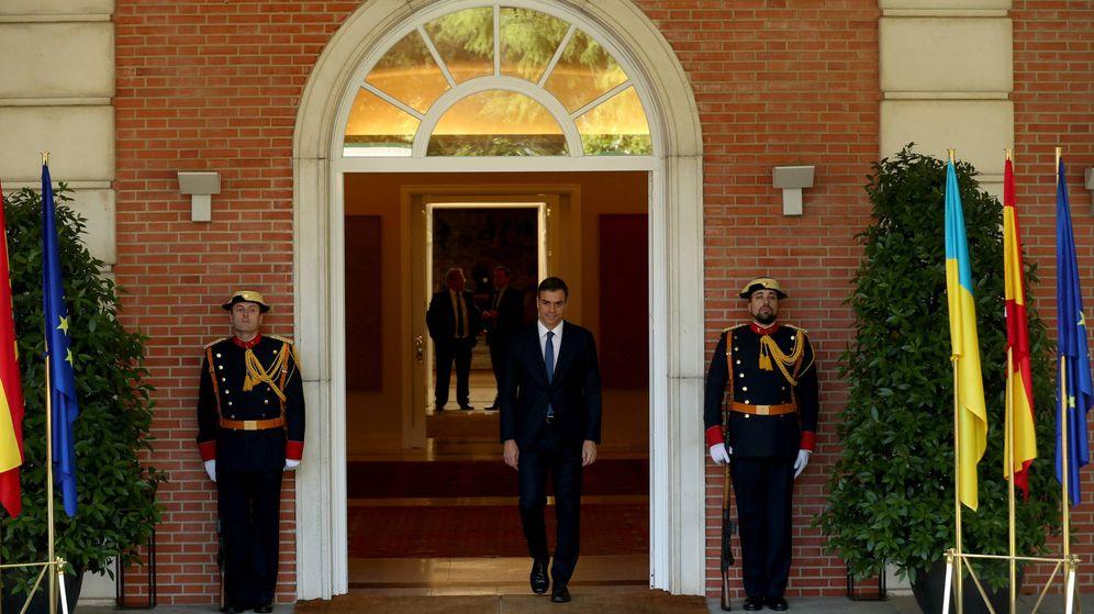 Foto: El presidente del Gobierno, Pedro Sánchez, momentos antes de recibir en el Palacio de la Moncloa al presidente de Ucrania. (Reuters)