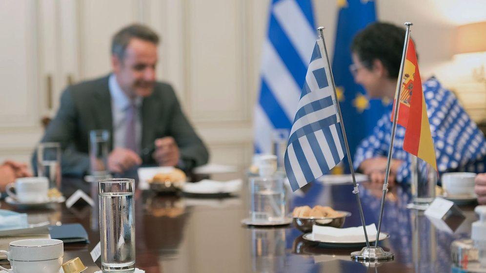 Foto: La ministra de Exteriores española, Arancha González Laya (d), y el primer ministro griego, Kyriakos Mitsotakis a finales de julio (EFE)