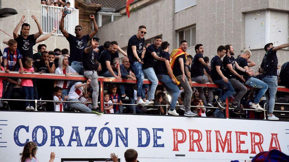 Foto: Los jugadores del Huesca, en la celebración del ascenso. (EFE)