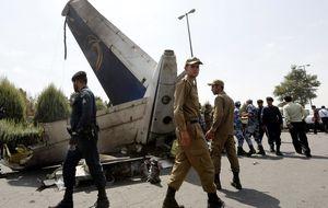 Mueren 40 personas tras estrellarse un avión en la ciudad de Teherán