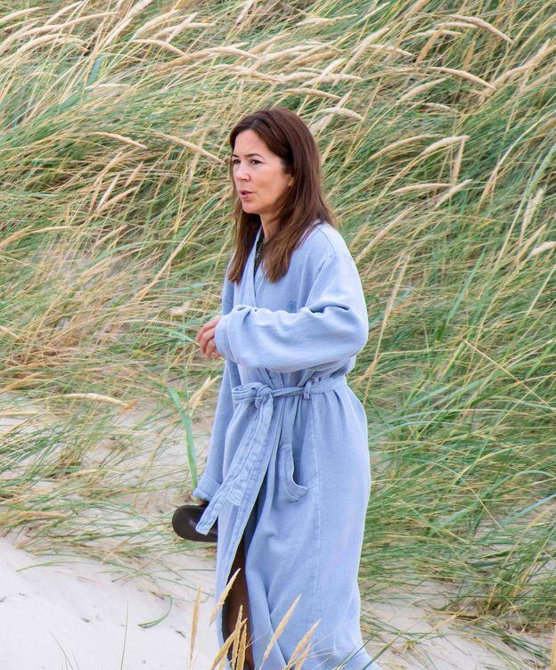 Foto:  Mary de Dinamarca, en albornoz. (Fotos Vanitatis)