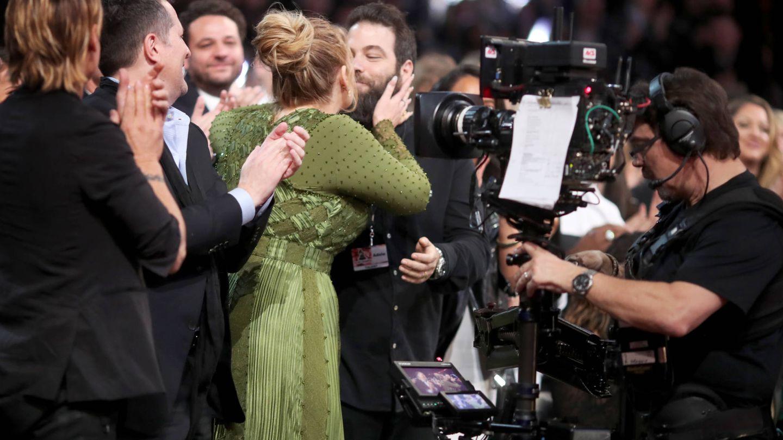 Adele besa a Simon, su ya exmarido, en los Grammy en 2017. (Getty)