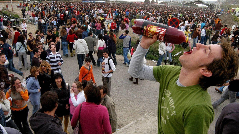 Foto: La práctica del botellón no disminuye porque los jóvenes siguen sin poder pagarse las copas de las discotecas (EFE)