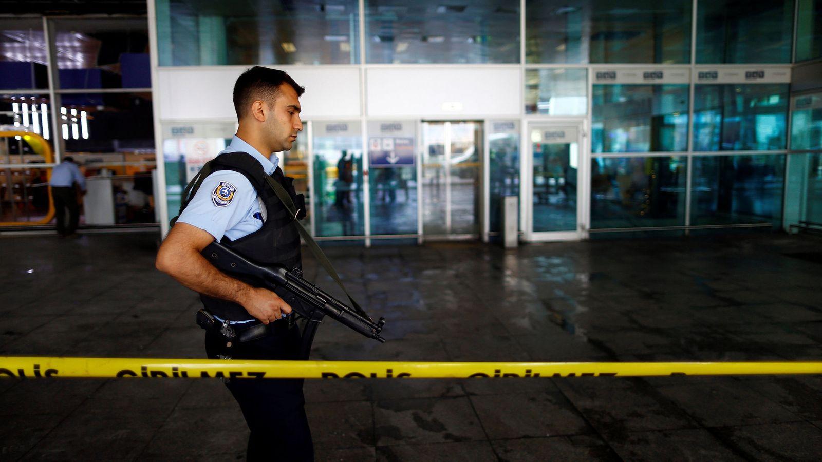 Foto: Un policía patrulla el lugar del atentado en el aeropuerto Atatürk, el 29 de junio de 2016 (Reuters)