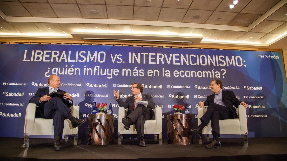 Foto: Miguel Sebastián, Carlos Sánchez , director adjunto de El Confidencial, y Daniel Lacalle. (Jorge Álvaro Manzano)