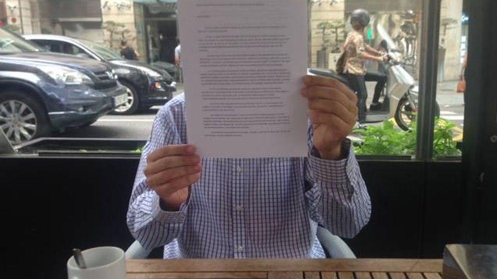 Foto: Juan, en una cafetería cercana a su trabajo. (Daniel Borasteros)
