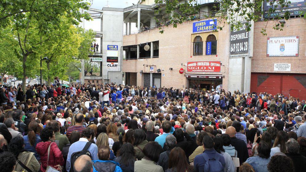 Foto: Centenares de asistentes protestan ante la cubierta de la Plaza de Toros de Leganés tras la cancelación sin aviso previo del Being One Forum. (EFE)