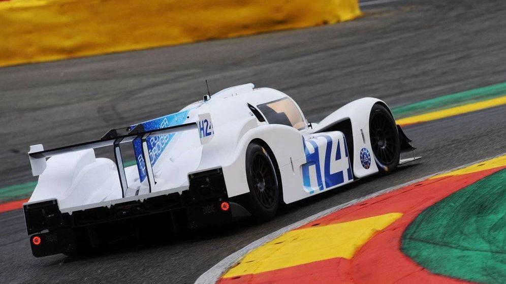 Foto: El nuevo prototipo de hidrógeno de BMW sobre el circuito de Spa. (Twitter: @MissionH24)