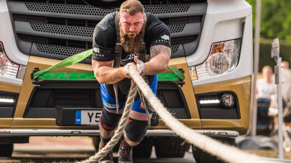 Foto: Scott Milne, en pleno esfuerzo arrastrando un camión (Foto: Facebook)
