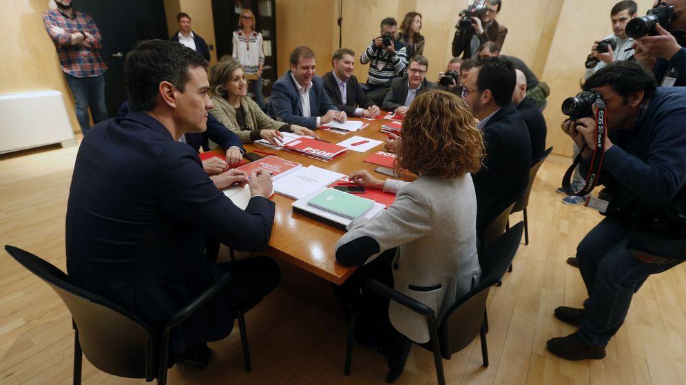 Foto: Pedro Sánchez, con su equipo negociador y el secretario de Organización, César Luena, el pasado 8 de abril en el Congreso. (EFE)