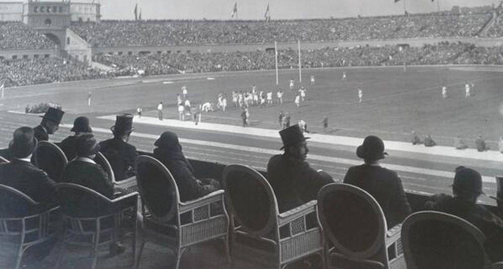 Foto: El Rey Alfonso XIII presenciando el España - Italia que inauguró Montjuic en 1929. (Foto: Tornarugby.blogspot.com)
