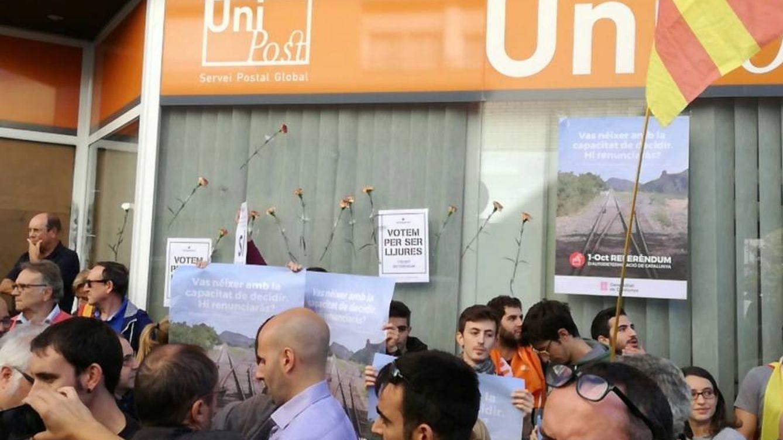 Los independentistas cercan la sede de Unipost en Terrassa: ¡Votaremos!