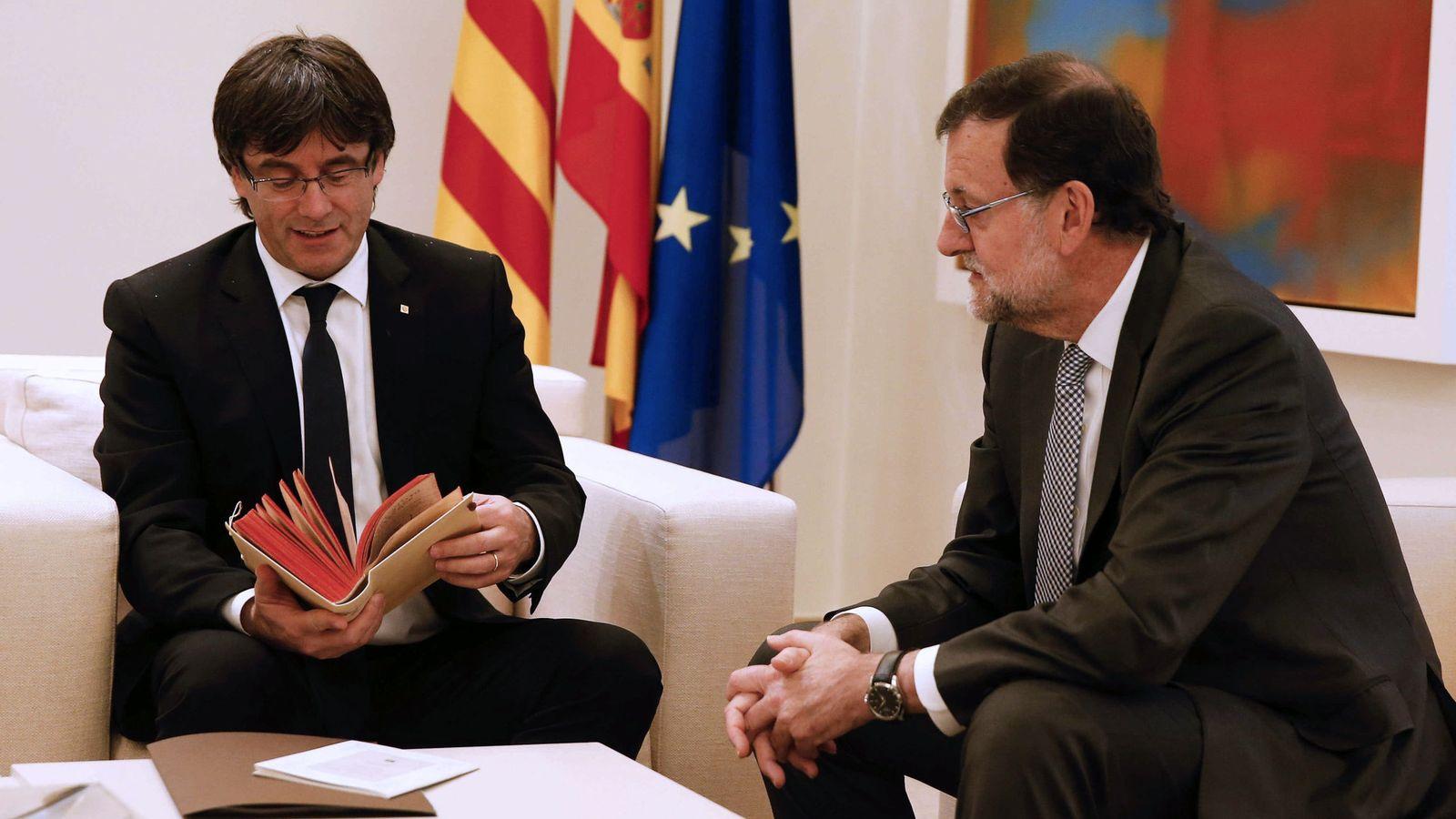 Foto: El presidente de la Generalitat, Carles Puigdemont (i) junto a Mariano Rajoy. (EFE)