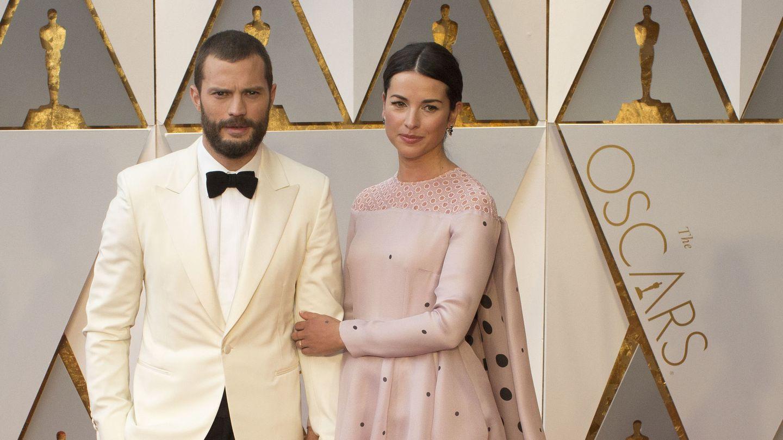 Jamie Dornan y Amelia Warner posan en la alfombra roja de la 89 edición de los Oscar. (EFE)