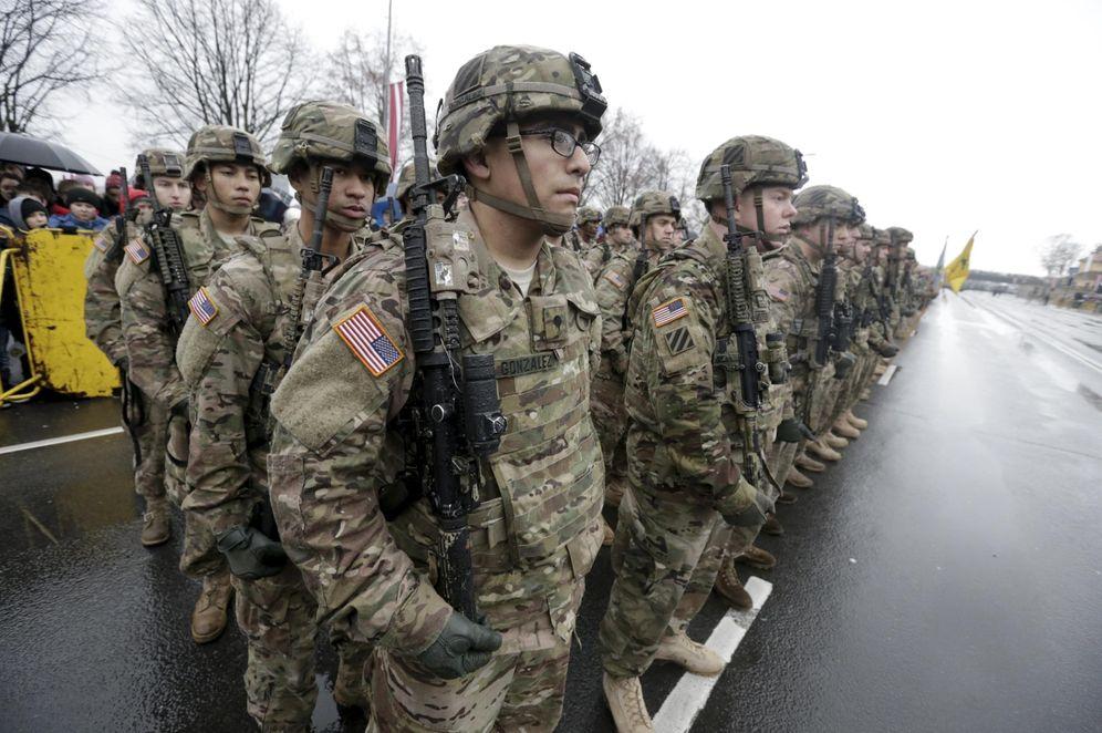 Foto: Soldados estadounidenses toman parte en un desfile durante el Día de la Independencia de Letonia, el 18 de noviembre de 2015 (Reuters)