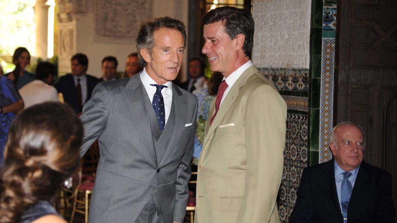 Cayetano Martínez de Irujo, junto a Alfonso Diez el día de su boda. (Getty)
