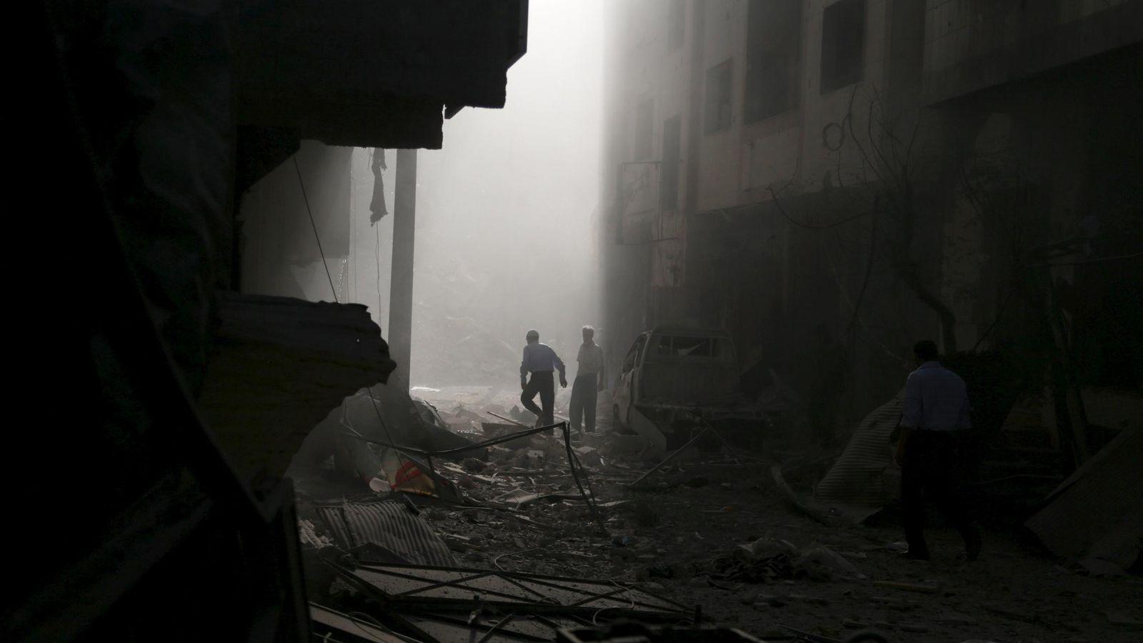 Foto: Civiles sirios inspeccionan un edificio dañado por un bombardeo del régimen en Duma, cerca de Damasco, el 2 de octubre de 2015 (Reuters).