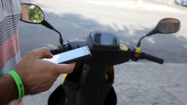 Un defecto que tienen las motos de Muving es que resulta difícil ver con nitidez la pantalla que hay en el manillar con las gafas de sol. (Aroa Fernández)