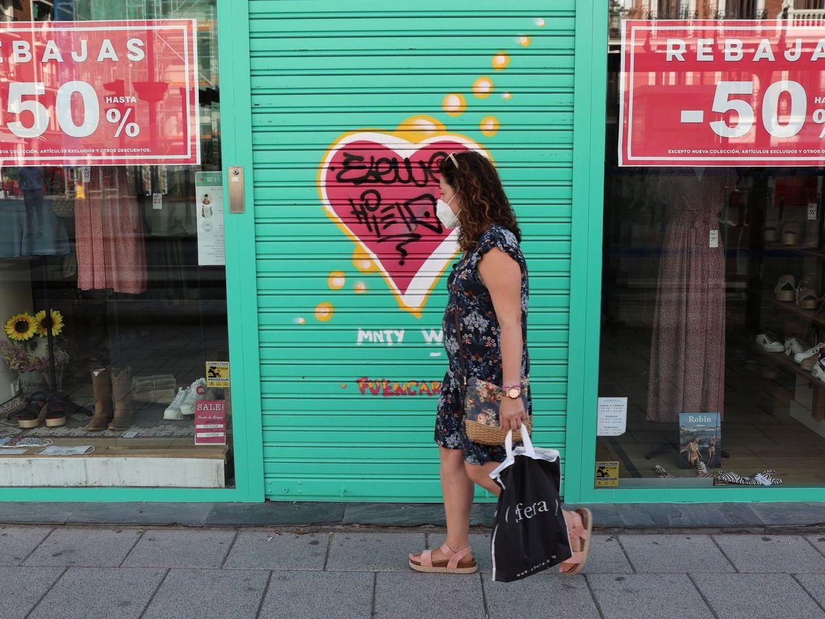 Foto: Tienda de ropa del centro de Madrid cerrada en plenas rebajas. (EFE)