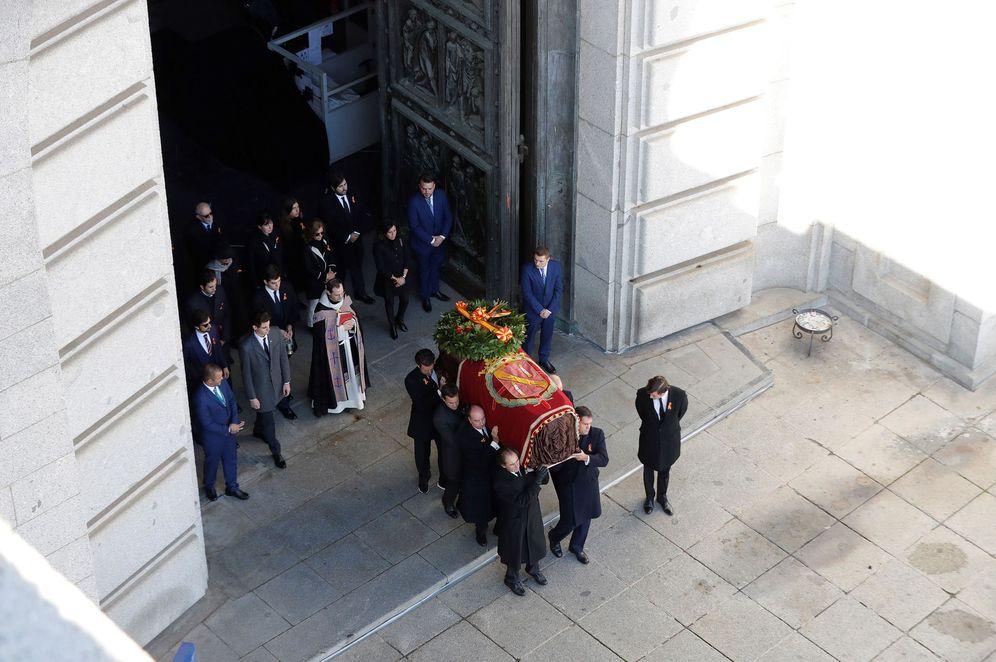 Foto: Los familiares de Francisco Franco portan a hombros el cuerpo del dictador en la salida de la basílica del Valle de los Caídos, este 24 de octubre. (EFE)