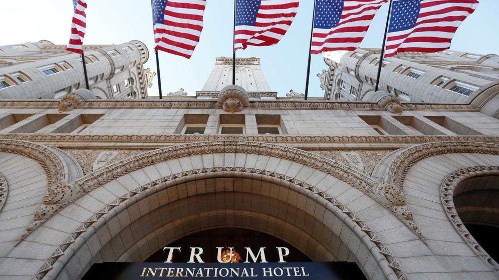 Foto: Banderas de Estados Unidos a la entrada del Hotel Trump en Washington. (Reuters)