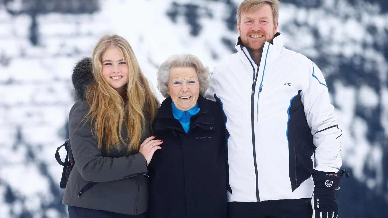 Amalia, Guillermo y Beatriz de Holanda, en la estación de Lech el pasado febrero. (Reuters)