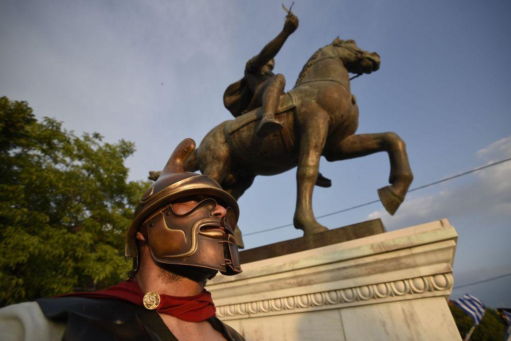 Foto: Un macedonio protesta ante la estatua de Alejandro Magno, en Pella, Grecia. (Reuters)