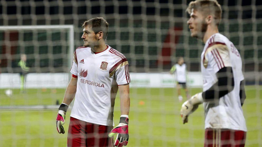 La transición disimulada: Iker juega los oficiales y De Gea, los 'gordos'
