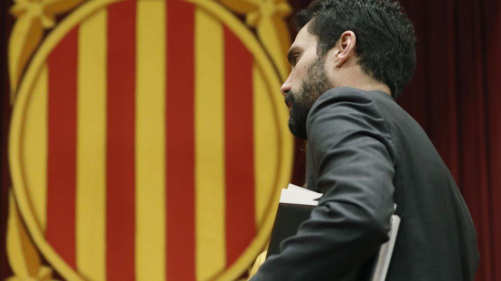 Foto: El presidente del Parlament, Roger Torrent, durante el pleno del Parlament de Cataluña convocado este jueves. (EFE)