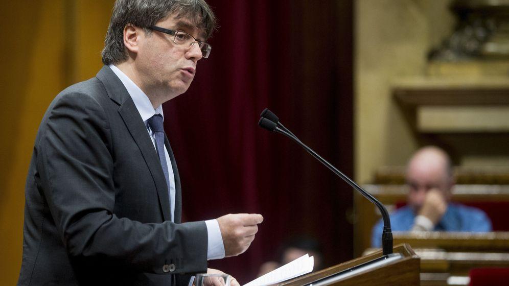 Foto: El 'president' de la Generalitat, Carles Puigdemont, durante su comparecencia para la DUI en el Parlament. (EFE)