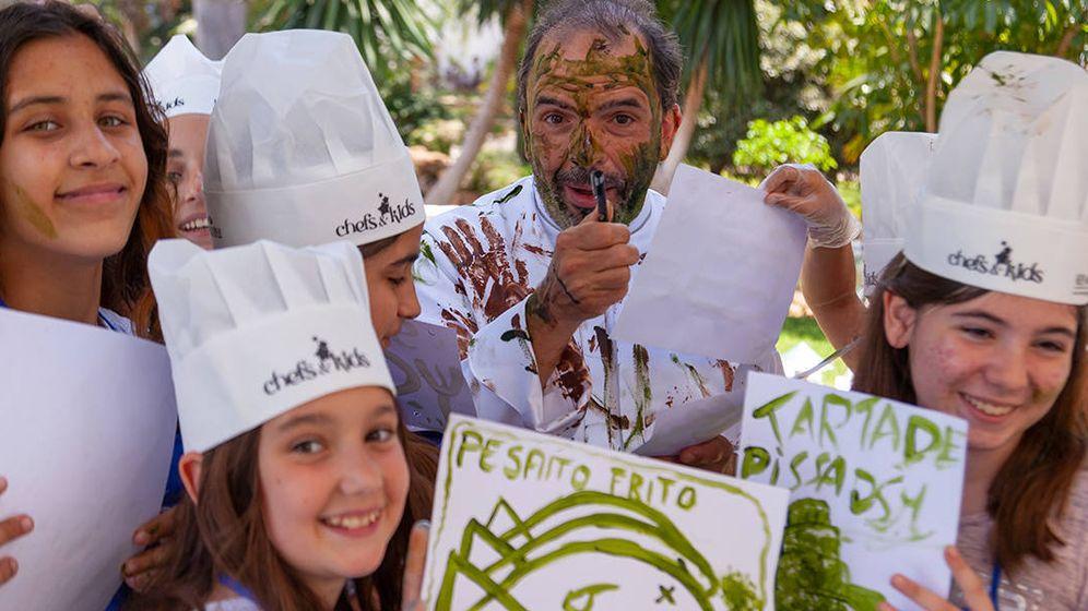 Foto: Cocineros y niños.