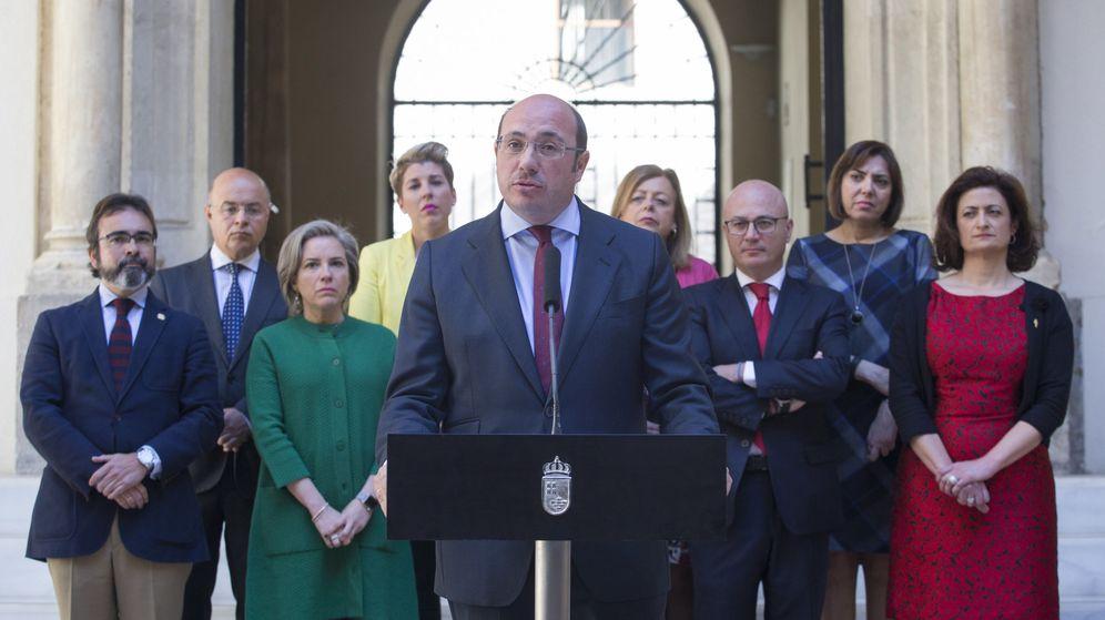 Foto: El hasta ahora presidente del Gobierno de Murcia, Pedro Antonio Sánchez (c), anuncia su dimisión. (EFE)