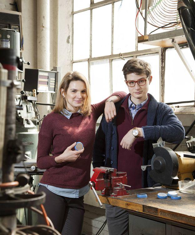 Foto: Victoria Gregory y Gabe Alba con su invento, Coffee Cookie (Dana Smith Photography/MIT)
