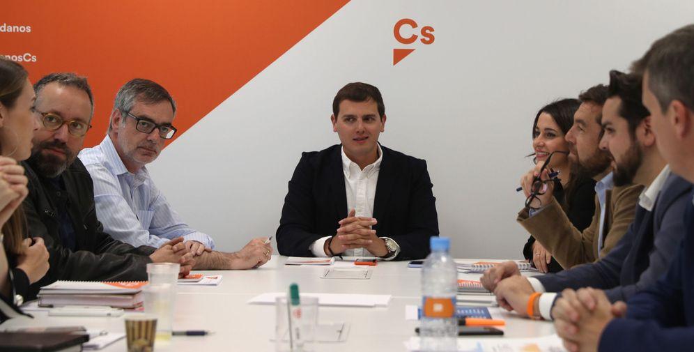 Foto: El presidente de Ciudadanos, Albert Rivera (c), preside la reunión de la ejecutiva nacional. (EFE)