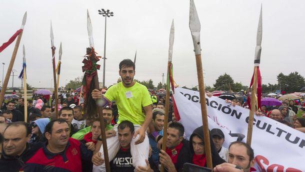 Foto: Fran Alcalá, el joven que ha acabado con Rompesuelas, el Toro de la Vega de 2015 (EFE)