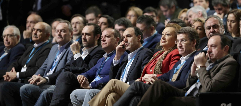 Foto: Los presidentes autonómicos del PP durante el discurso de Rajoy en la clausura de la convención nacional del partido (EFE)