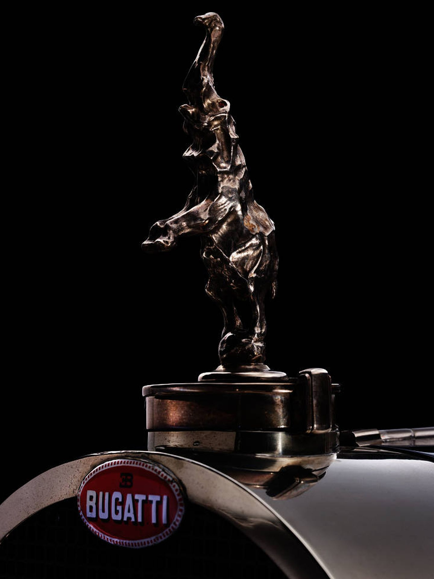 Esta es la figura que llevaban en su tapón del radiador los Royale, los únicos Bugatti con este elemento.