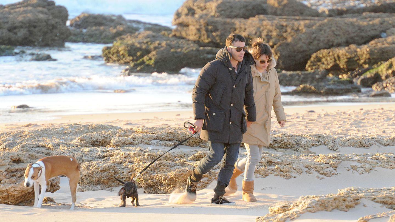 Blanca Suárez y Miguel Ángel Silvestre pasean por las playas de Cádiz en 2013 (Gtres)