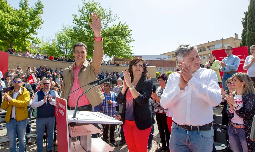 Foto: Pedro Sánchez, con Concha Andreu y Paco Ocón, este 21 de abril en la plaza de Joaquín Elizalde de Logroño. (Borja Puig | PSOE)