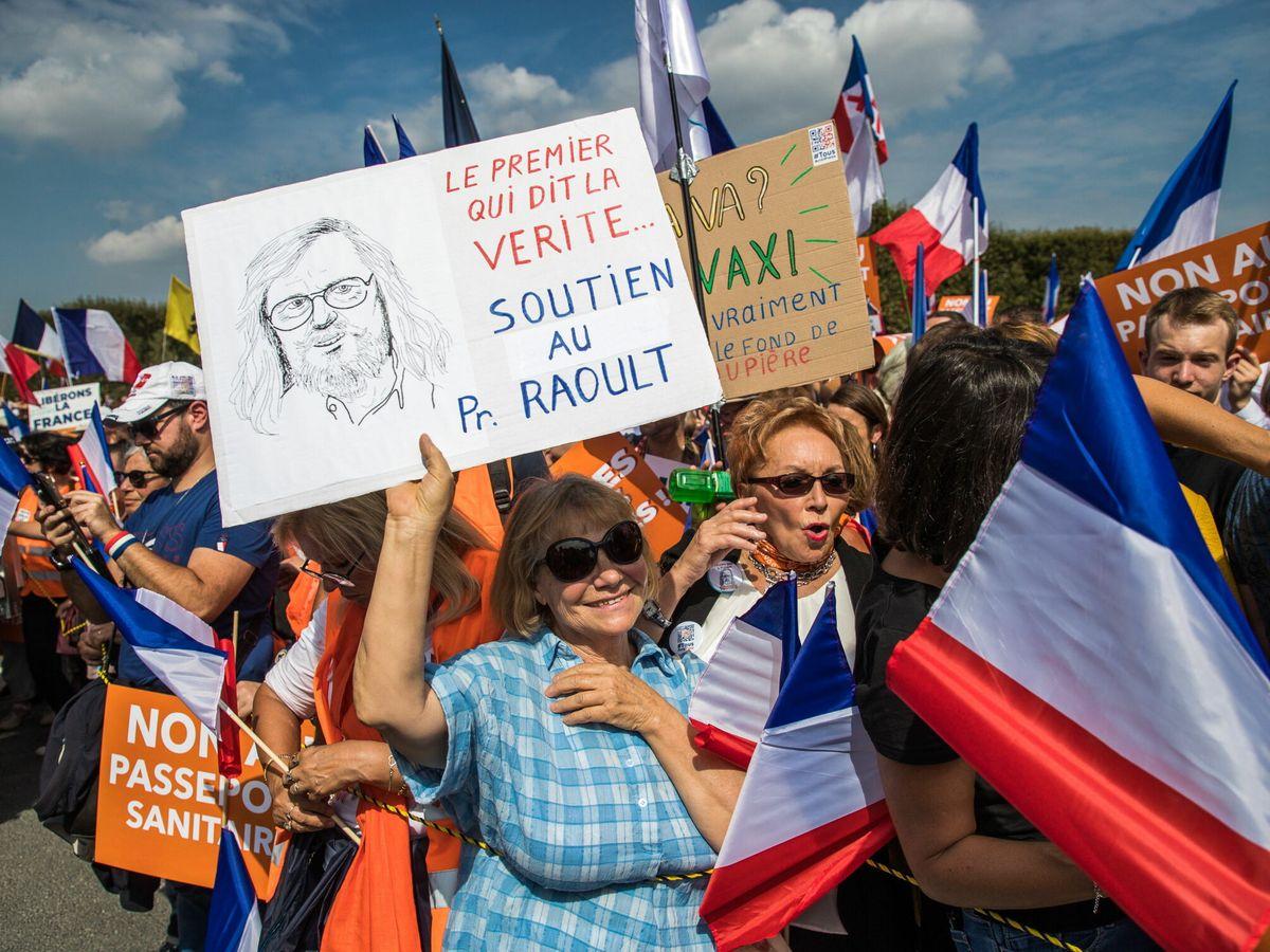 Foto: Manifestación de formaciones de derecha contra el carné covid en París. (EFE)