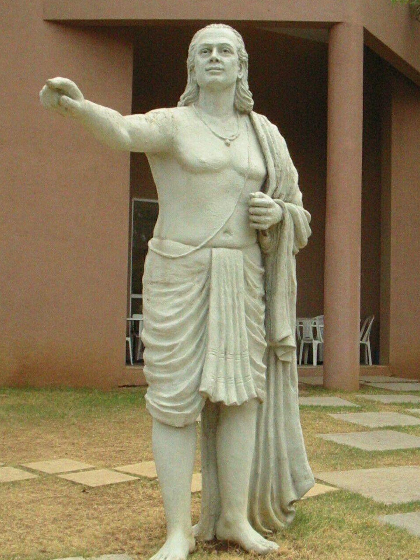 Estatua del matemático y astrónomo indio Aryabhata