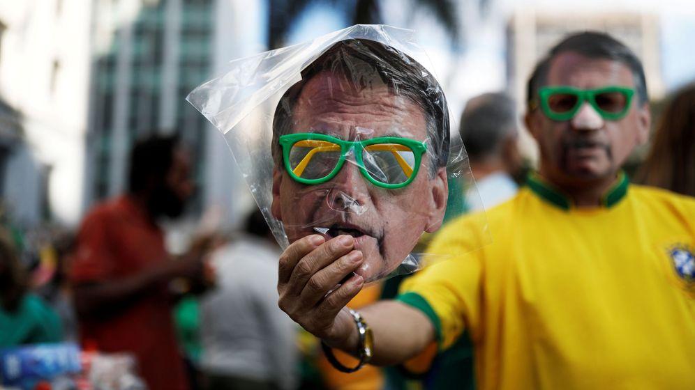 Foto: Un vendedor callejero muestra una máscara de Jair Bolsonaro en Sao Paulo, el 21 de octubre de 2018. (Reuters)