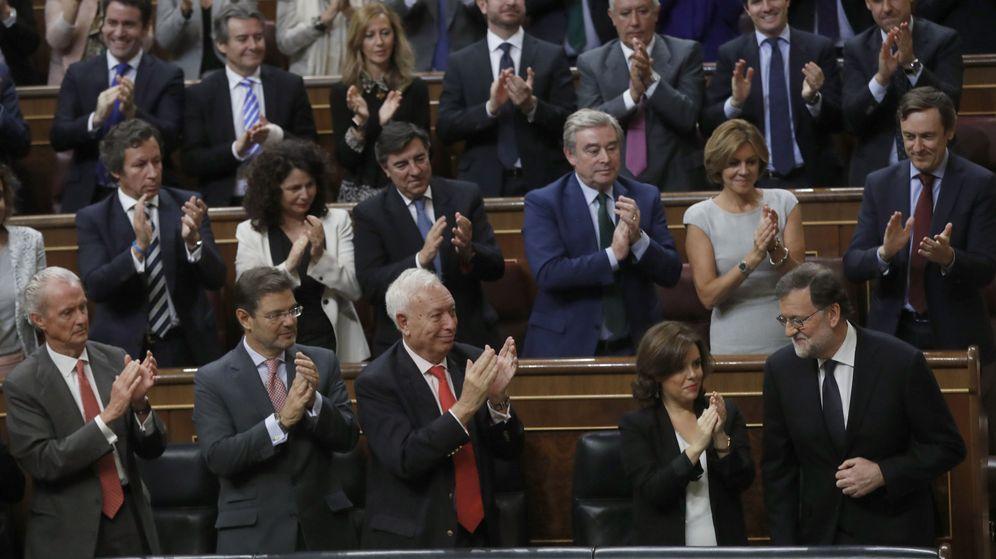 Foto: El líder del PP y presidente del Gobierno en funciones, Mariano Rajoy (d) es aplaudido por los diputados de su partido. (EFE)