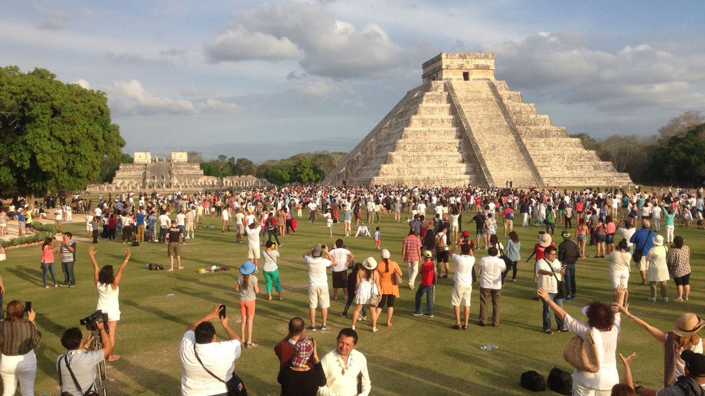 Foto: Cientos de personas reciben la primavera en el castillo de Chichén Itzá, en México. (EFE)