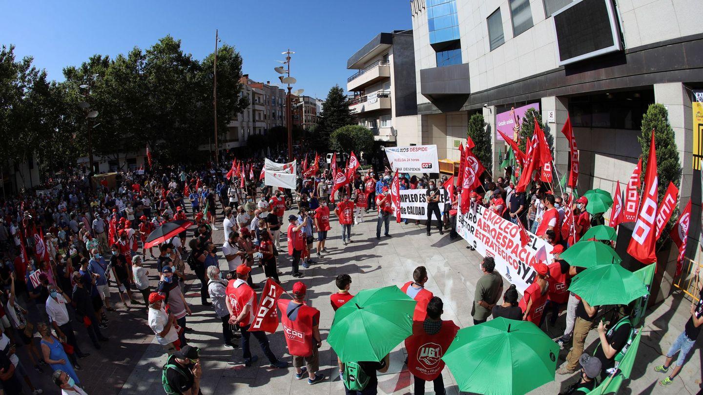 Trabajadores de Airbus protestan a las puertas del Ayuntamiento de Getafe. (EFE)