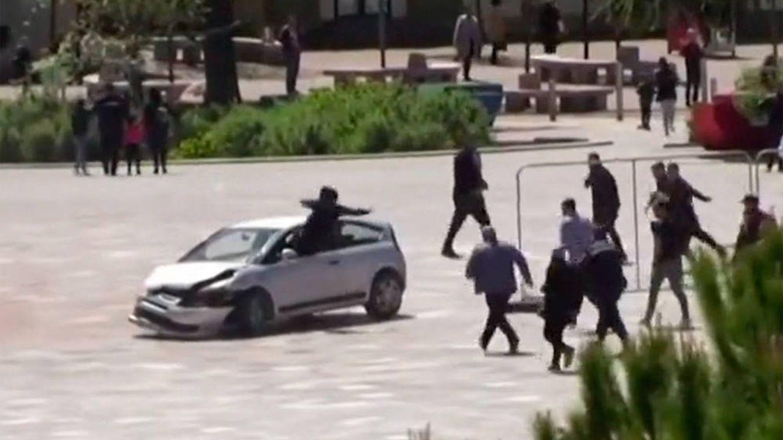 Una patada voladora para defender a la multitud de un conductor borracho
