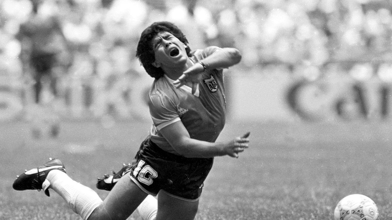 Maradona, derribado durante el Mundial. (Reuters)