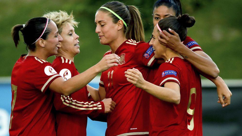 Foto: Las jugadoras de la selección española celebran el gol de Vero Boquete a Montenegro. (EFE)