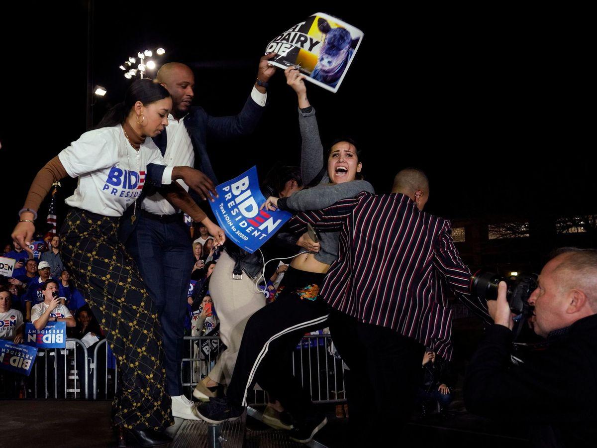 Foto: Protestas durante un mitin de Joe Biden. (Reuters)