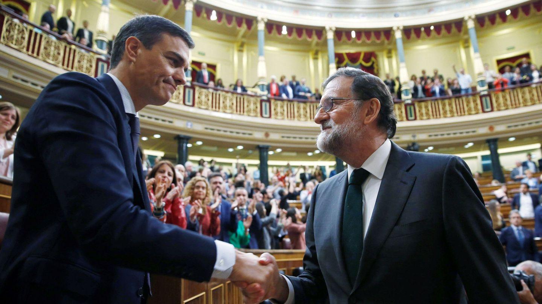 Mariano Rajoy felicita al recién investido presidente, el socialista Pedro Sánchez, tras la segunda jornada de la moción de censura presentada por el PSOE. (EFE)